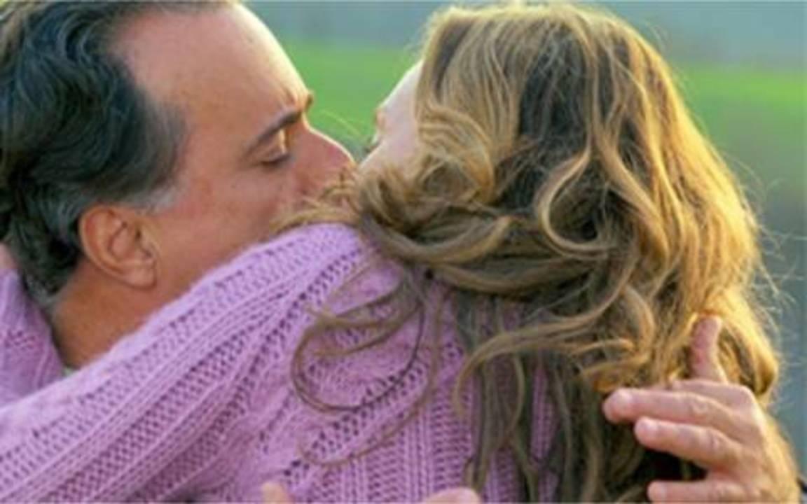 Passione - Capítulo de segunda-feira, 28/06, na íntegra - Bete fica abalada com o reencontro com Olavo. Totó vai ao encontro de Clara. Ela diz que está apaixonada por ele e os dois se beijam.