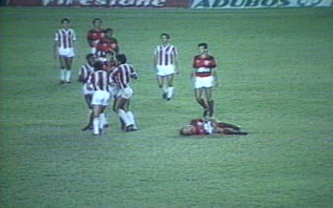 Em 1985, Zico sai machucado do empate em 0 a 0 entre Flamengo e Bangu