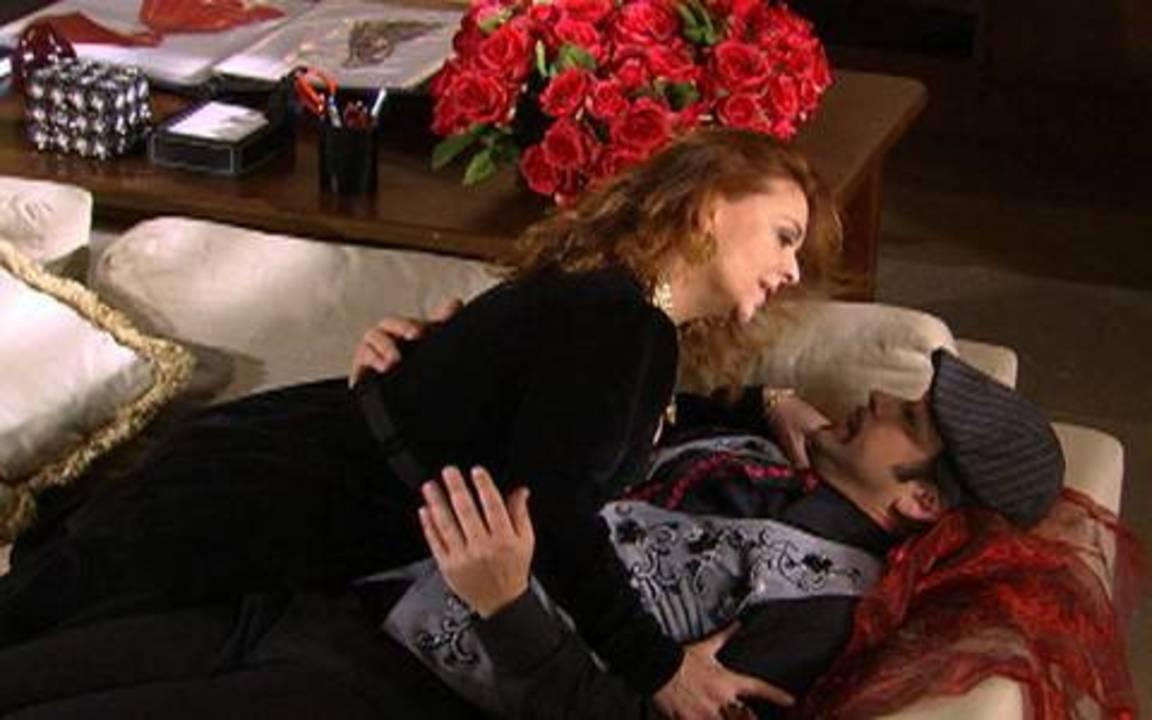 Ti-ti-ti - capítulo de terça feira, dia 05/10/2010, na íntegra - Gigi se insinua para Victor Valentim e os dois são flagrados pelo marido