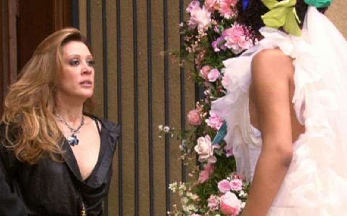Ti-ti-ti - capítulo de sábado, dia 04/12/2010, na íntegra - Clotilde se prepara para entrar quando Jaqueline aparece