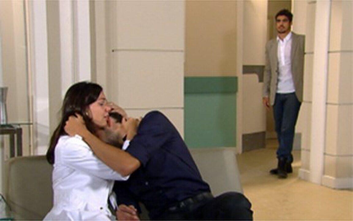 Ti-ti-ti - capítulo de sábado, dia 18/12/2010, na íntegra - Amanda diz a Pedro que Gabi está grávida. Ariclenes despreza Suzana e conta a Chico que Marta foi seu primeiro amor. Edgar flagra Marcela e Renato abraçados no hospital.