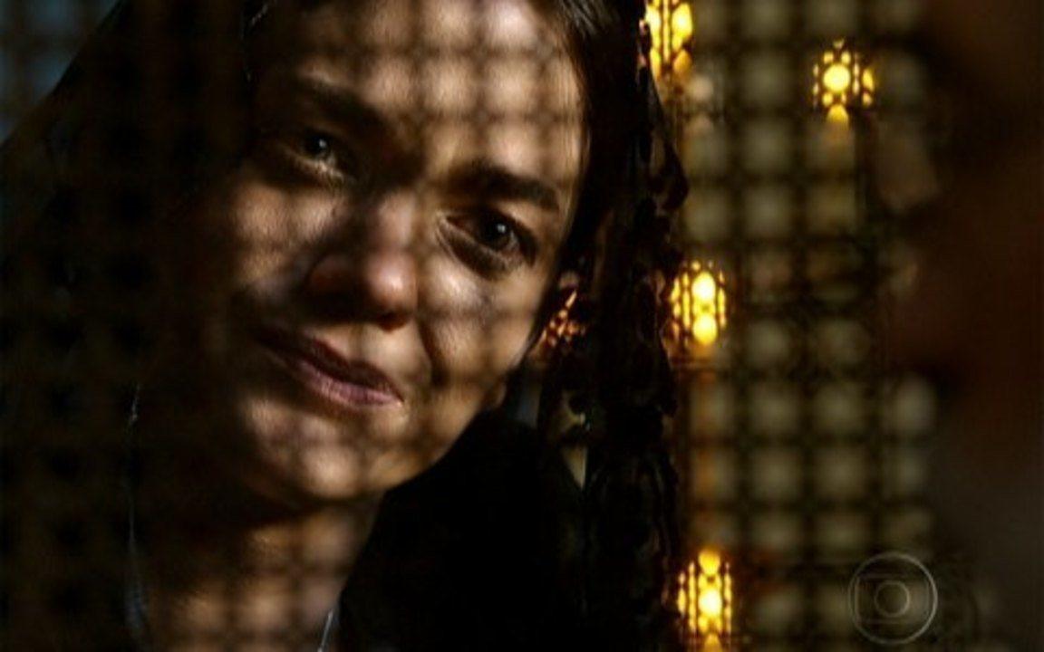 Capítulo de 20/04/2011 - Úrsula pede para Herculano ajudar a encontrar a princesa em troca do tesouro. Rei Augusto estranha o nervosismo de Virtuosa e Euzébio. Virtuosa confessa a padre Joaquim que Açucena é a princesa