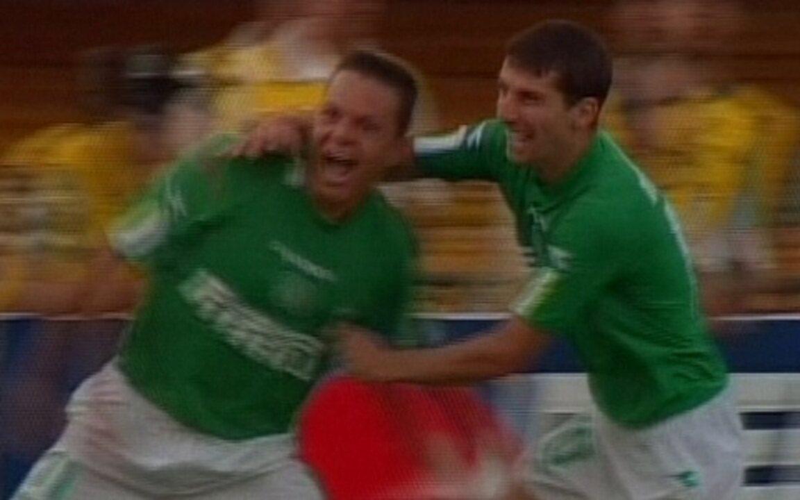 Em 2004, Palmeiras goleia Corinthians por 4 a 0 pelo Campeonato Brasileiro.
