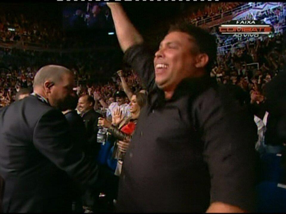 Anderson Silva vence no UFC Rio e Ronaldo comemora na plateia