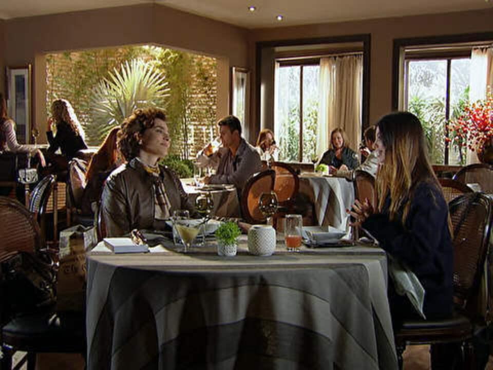 A Vida da Gente - Capítulo de sexta-feira, 07/10/2011, na íntegra - Alice almoça com Vitória e se decepciona com a mãe