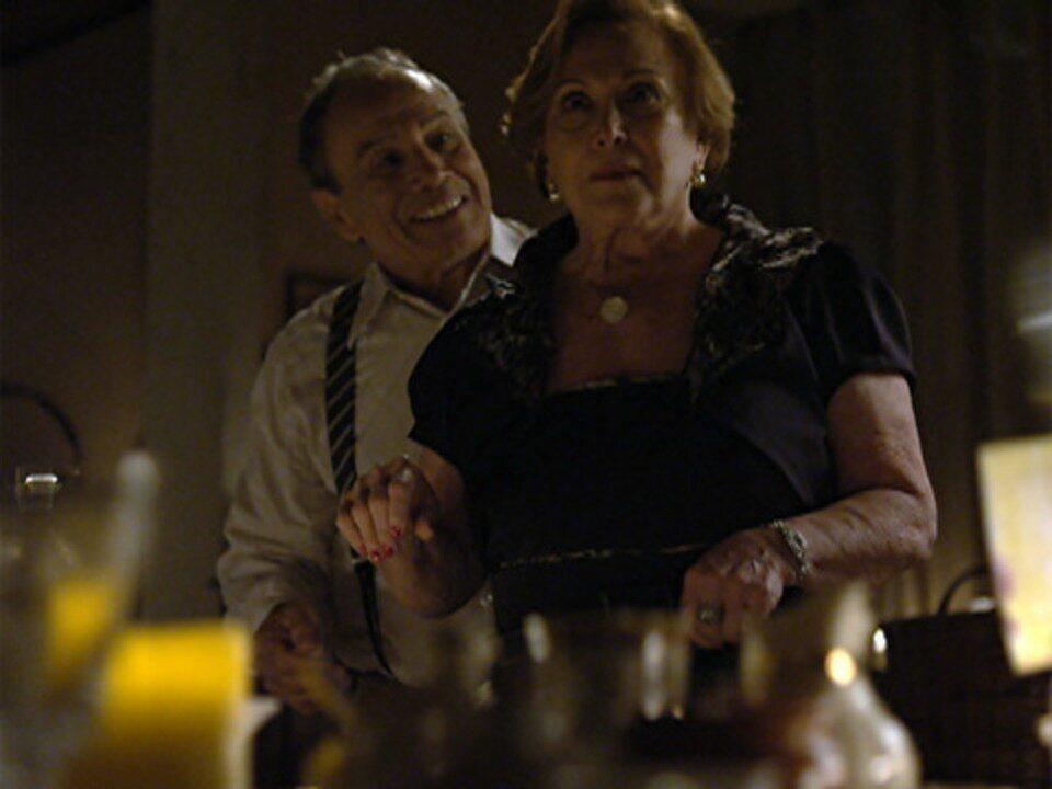 A Vida da Gente - capítulo de terça-feira, dia 08/11/2011, na íntegra - Laudelino mostra a Iná o bufê que construiu para Manuela