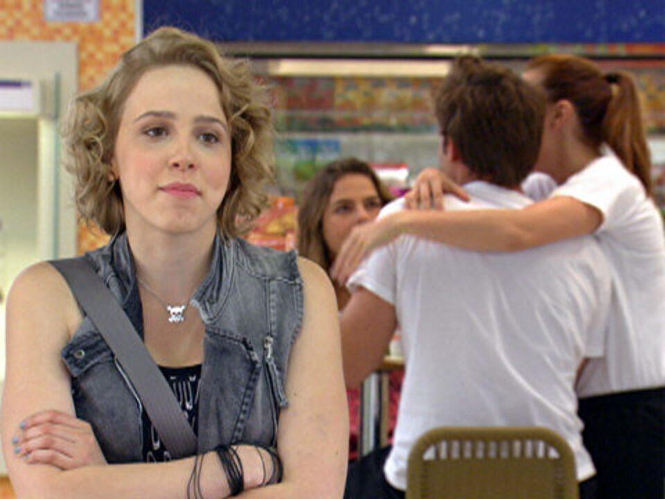 Malhação - capítulo de quarta-feira, dia 30/11/2011, na íntegra - Babi vê Betão abraçado com Débora e fica