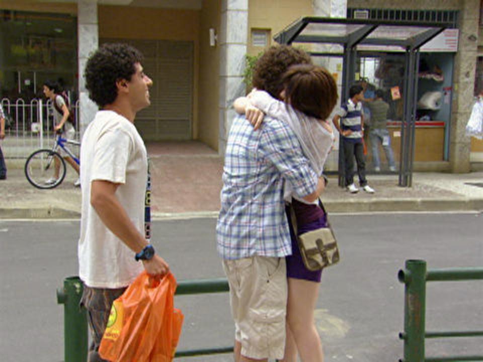 Malhação - capítulo de sexta-feira, dia 09/12/2011, na íntegra - Alexia e Gabirel se veem de longe e ficam mexidos um com o outro