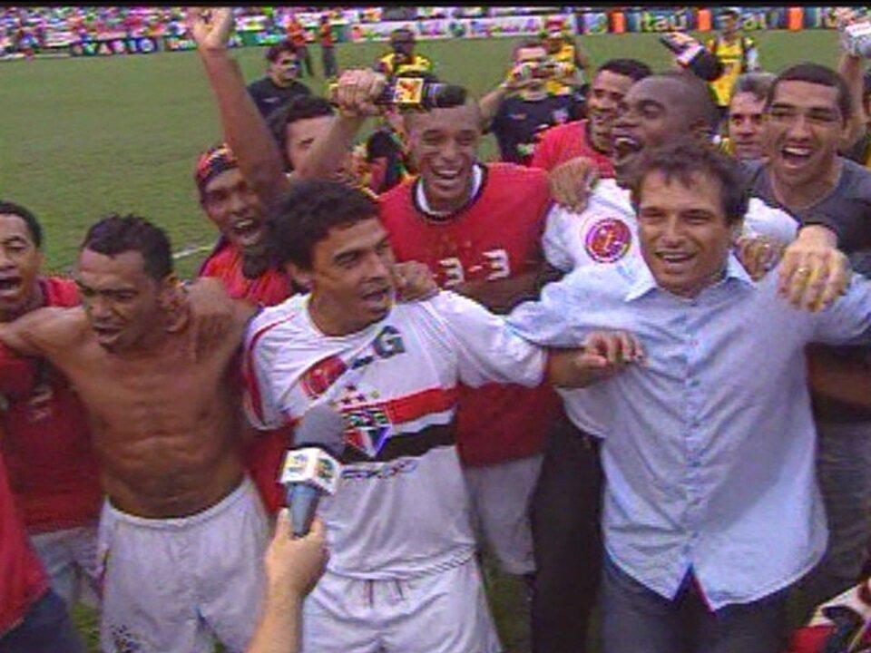 Em 2006, São Paulo empata com o Athlético-PR pela 36ª rodada e ganha o Brasileiro