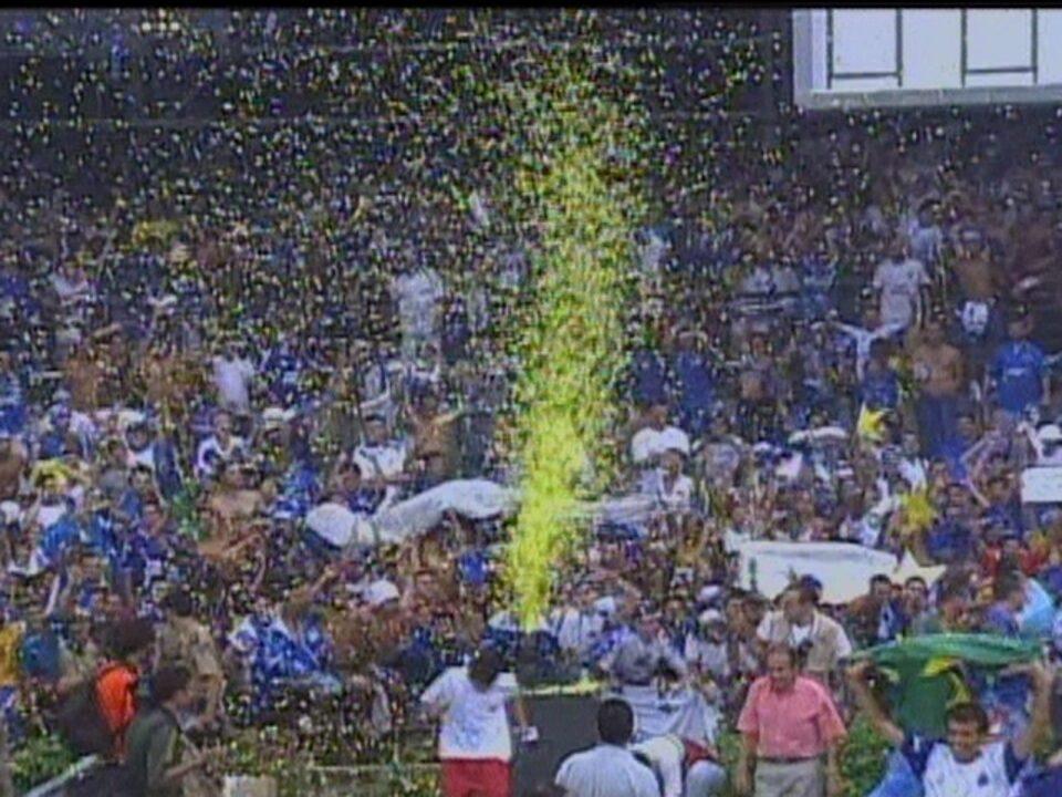 Em 2003, Cruzeiro vence o Paysandu por 2 a 1 e conquista o Campeonato Brasileiro