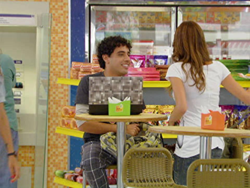 Malhação - capítulo de quinta-feira, dia 15/12/2011, na íntegra - Natália e Ziggy trocam olhares e se aproximam