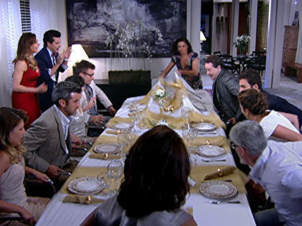 Fina Estampa - Capítulo de segunda-feira, dia 26/12/2011, na íntegra - Griselda dá troco em Tereza Cristina após invasão a festa