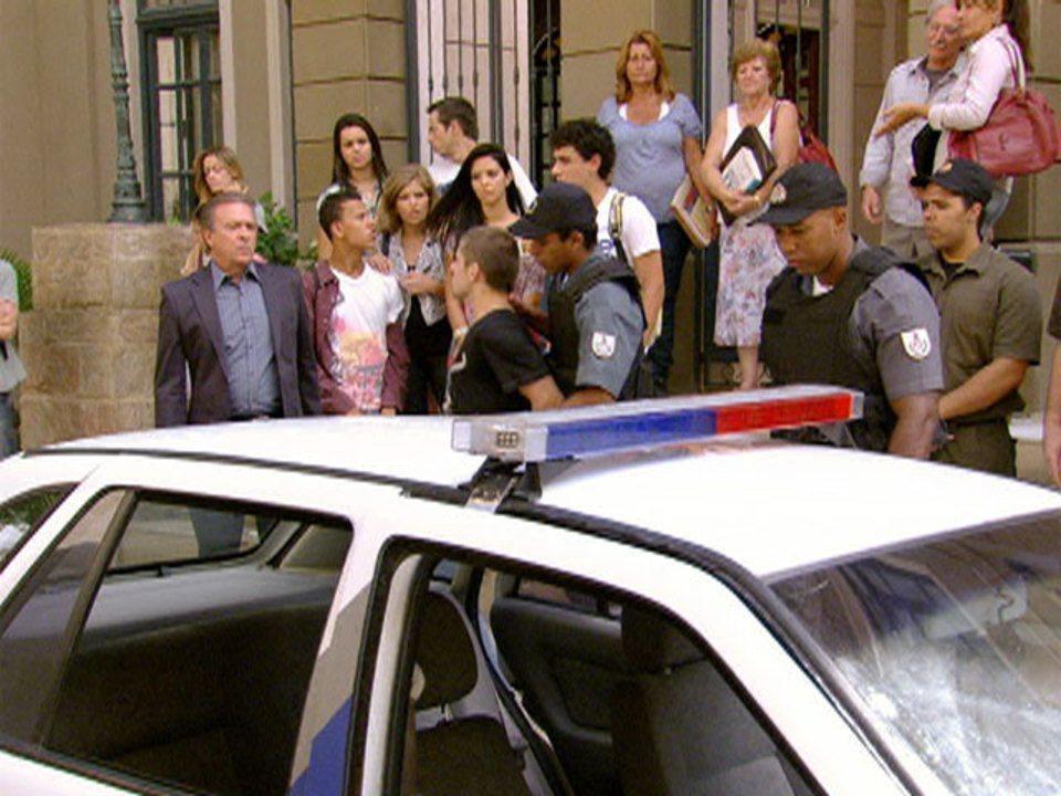 Malhação - Capítulo de segunda-feira, dia 13/02/2012, na íntegra - Tomás é preso por sua atitude com Cristal