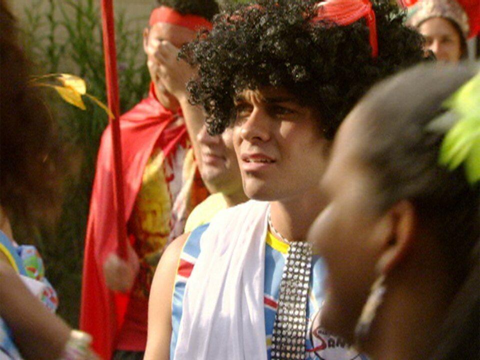 Malhação - Capítulo de terça-feira, 21/02/2012, na íntegra - Betão se irrita ao ver Babi com rapaz no bloco