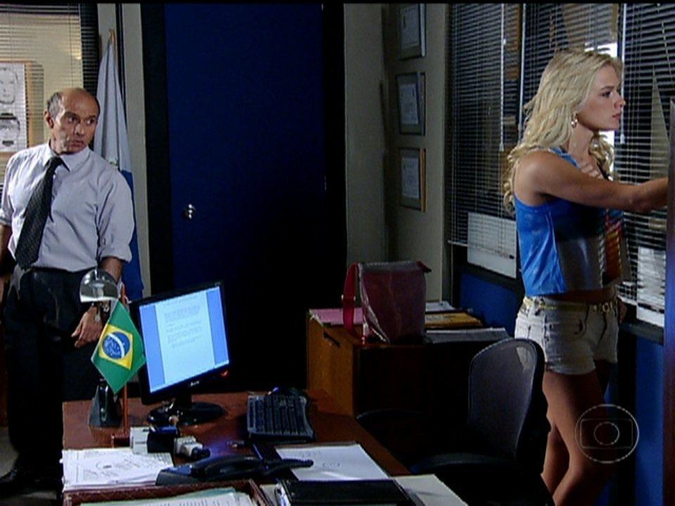 Fina Estampa - Capítulo de quinta-feira, dia 08/03/2012, na íntegra - Delegado coloca Quinzé de frente com loira que o dopou