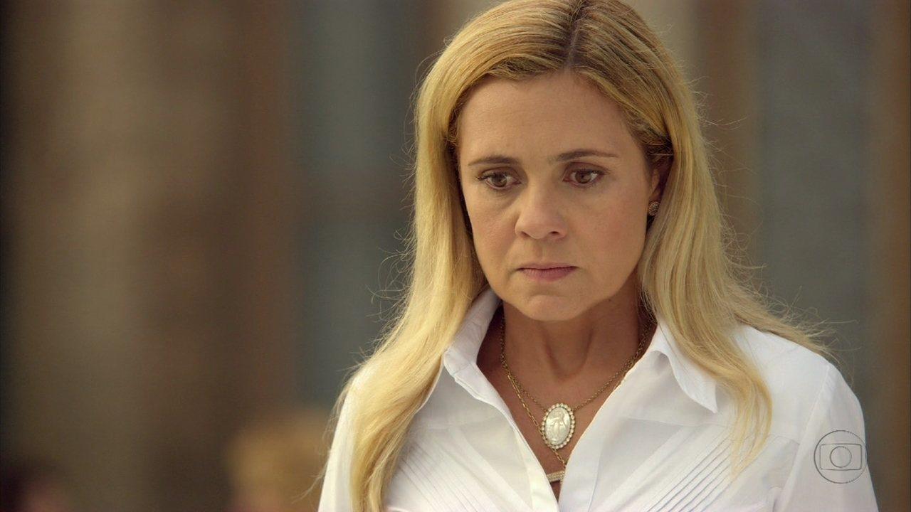 Avenida Brasil - Capítulo de quinta-feira, dia 12/04/2012, na íntegra - Nilo invade a casa de Tufão e Carminha fica irritada