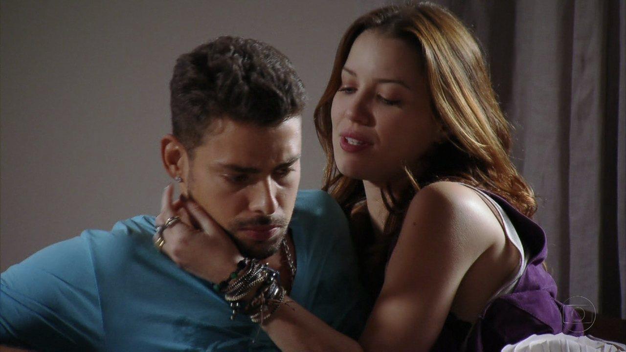 Avenida Brasil - Capítulo de quarta-feira, dia 18/04/2012, na íntegra - Jorginho fica estranho com Débora após fazer amor com Nina