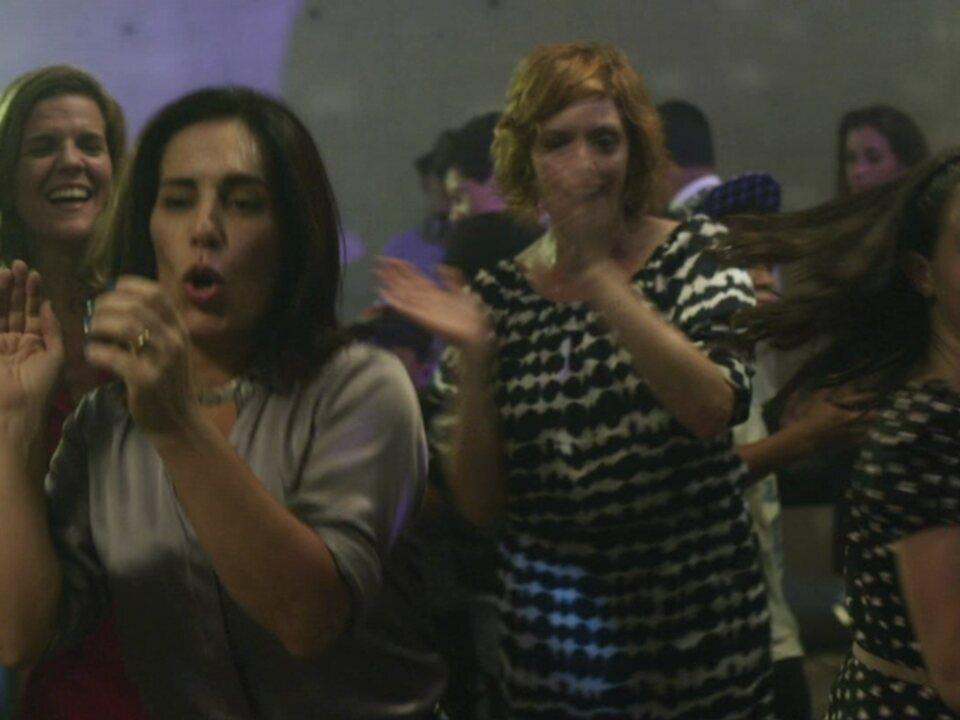 Ângela decide se juntar aos amigos da filha na pista de dança
