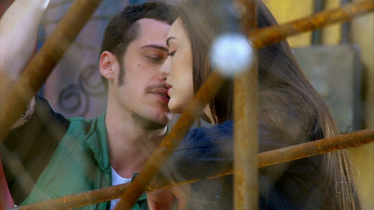 Cheias de Charme - Capítulo de sexta-feira, 18/05/2012, na íntegra - Rodinei tenta beijar Cida, mas ela se esquiva