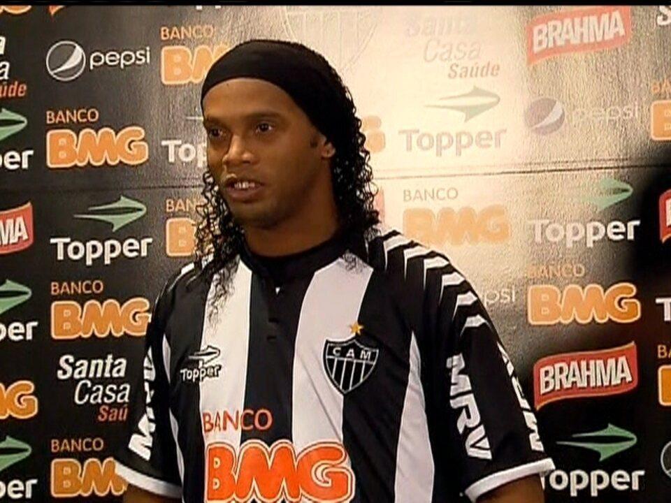 Em negociação rápida, Ronaldinho é apresentado pelo Atlético-MG