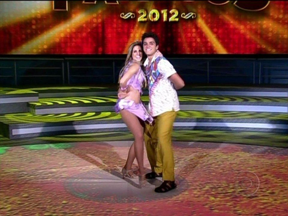 Rodrigo Simas e Raquel Guarini dançam ao som de Correndo atrás de mim, do Aviões do Forró