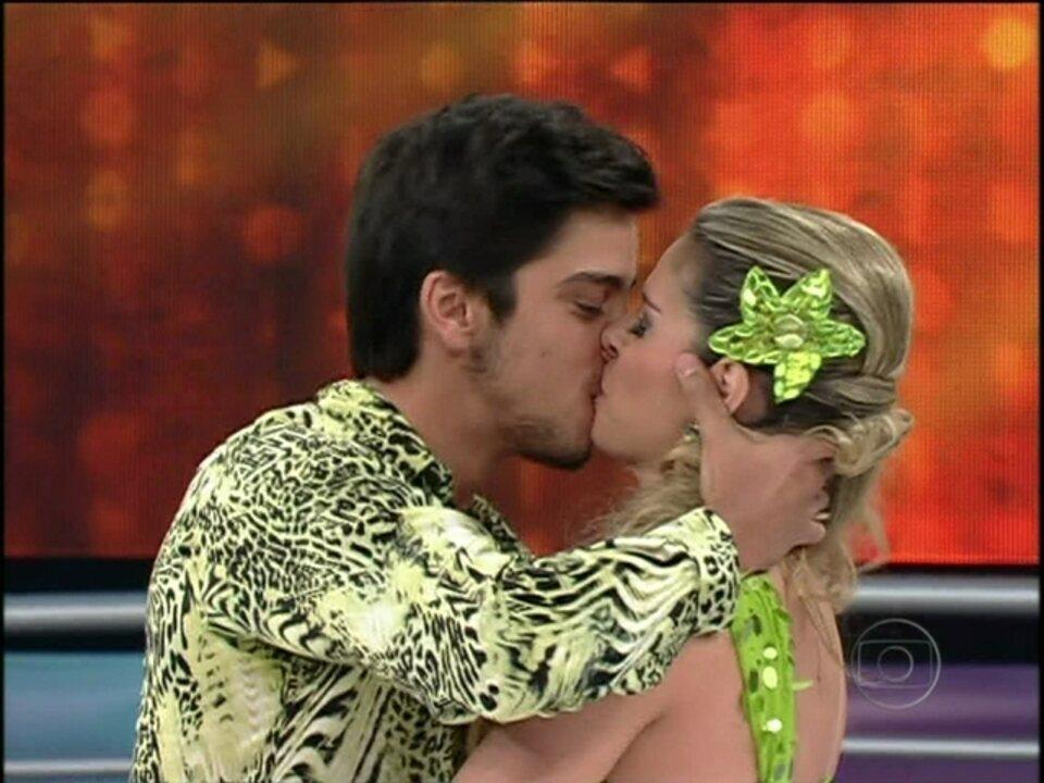 Rodrigo Simas encanta plateia e beija professora na salsa