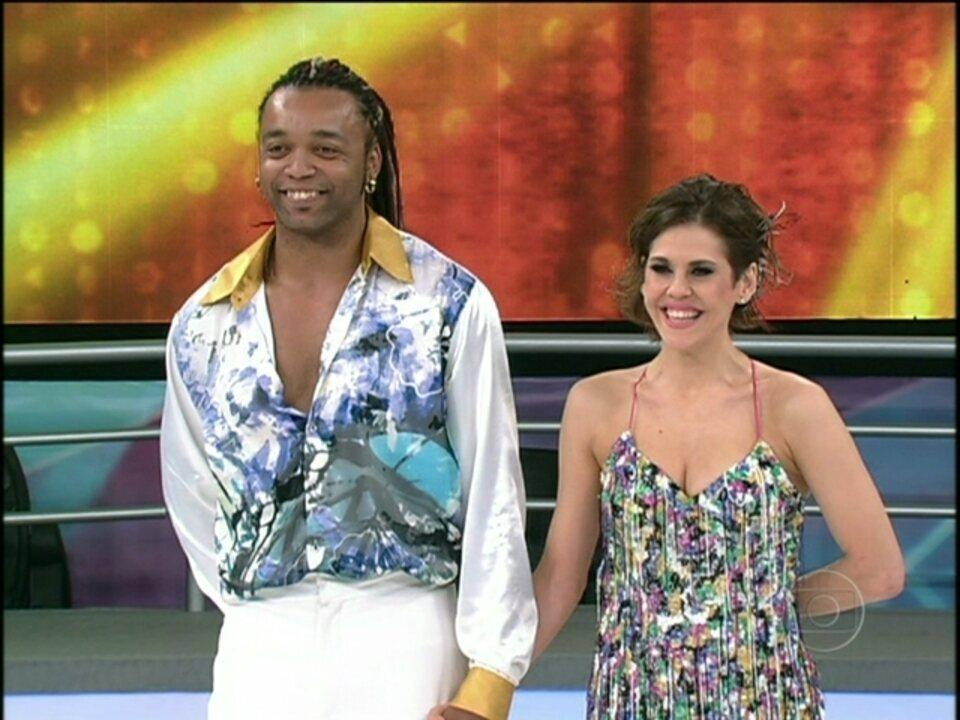 Bárbara Paz agita a galera com a música 'Baila comigo'