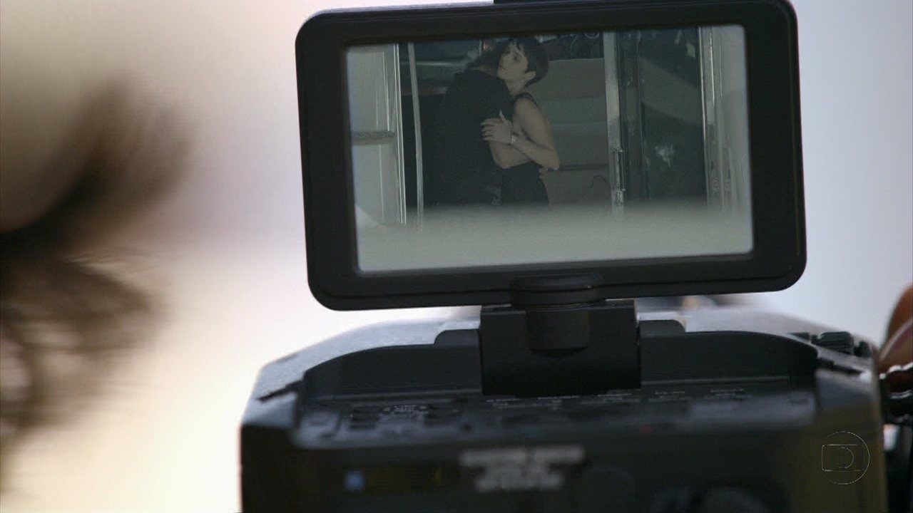 Avenida Brasil - capítulo de sábado, dia 08/09/2012, na íntegra - Lúcio filma Nina e Max no barco