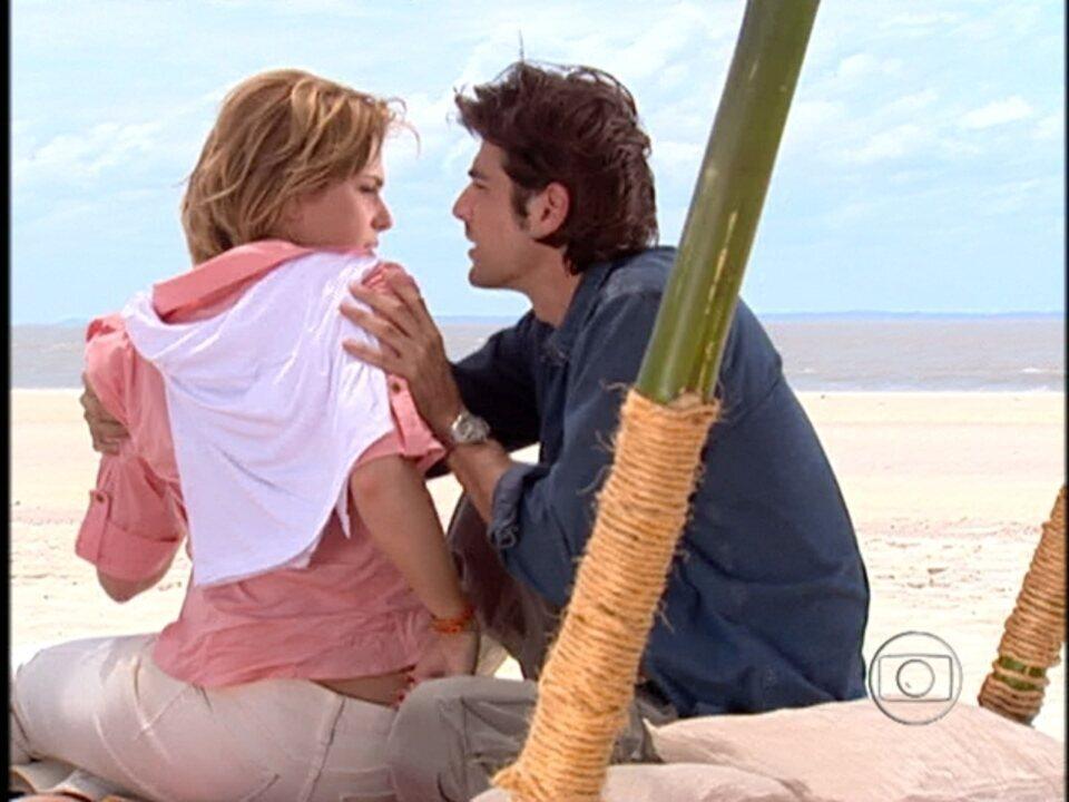 Da Cor do Pecado - Capítulo de segunda-feira, dia 01/10/2012, na íntegra - Bárbara finge passar mal para que Paco cuide dela