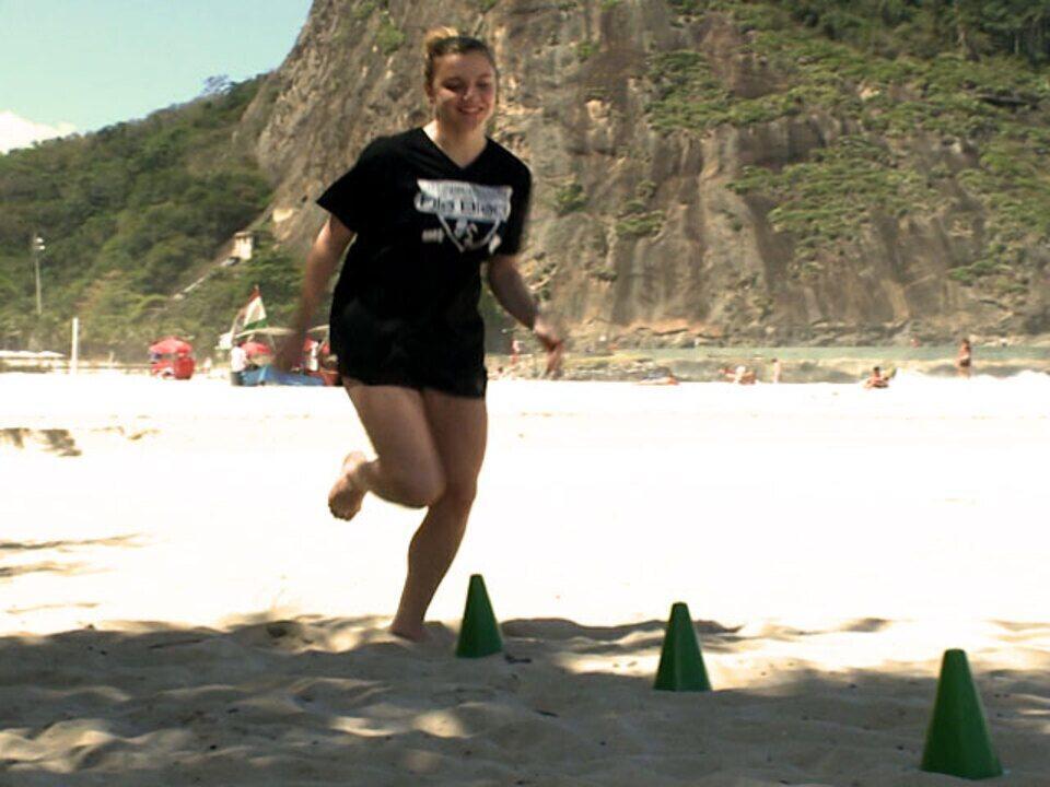 Alice Wegmann mostra seu treino na praia