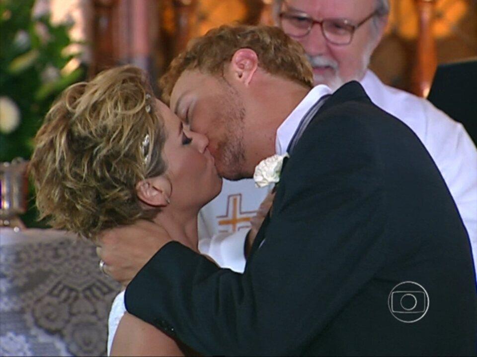 Da Cor do Pecado, capítulo de terça-feira, dia 27/11/2012, na íntegra - Bárbara e Tony se casam e Moa despreza Apolo
