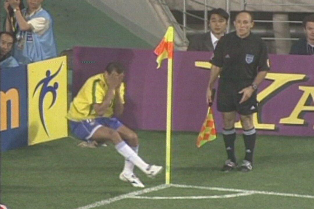 Em 2002, contra a Turquia pela Copa, Rivaldo leva uma bolada e finge que foi no rosto