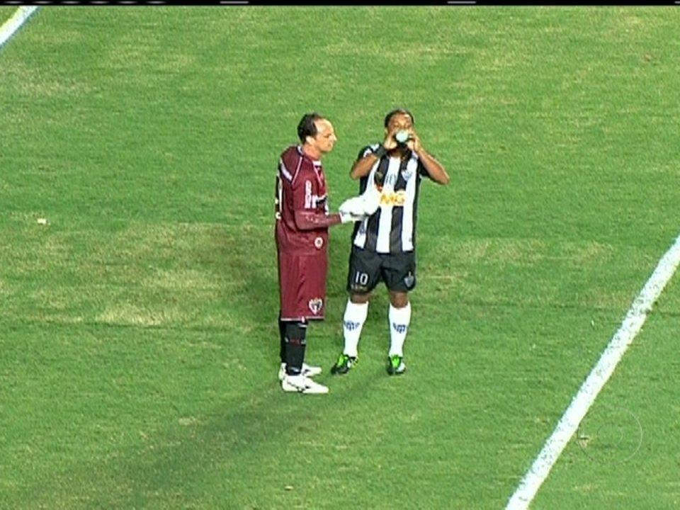 Marcos Rocha e Roger Bernardo treinam como titulares do Atlético-MG