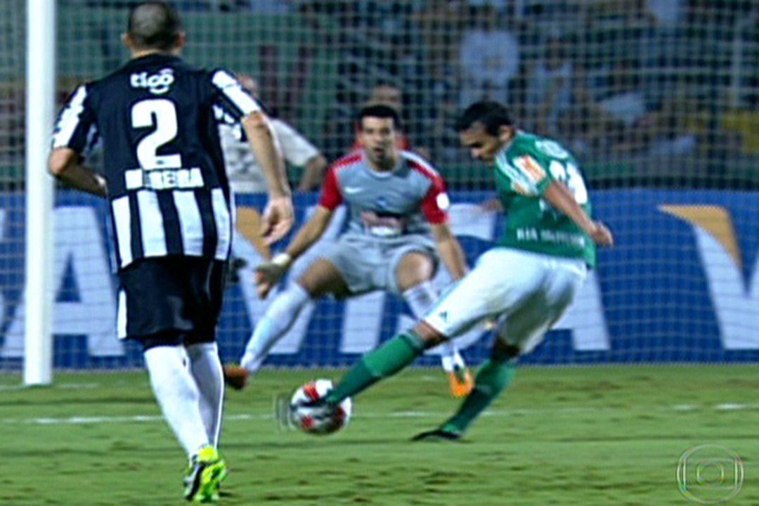 Torcida empurra o Palmeiras, que vence o Libertad com gol de Charles e se classifica