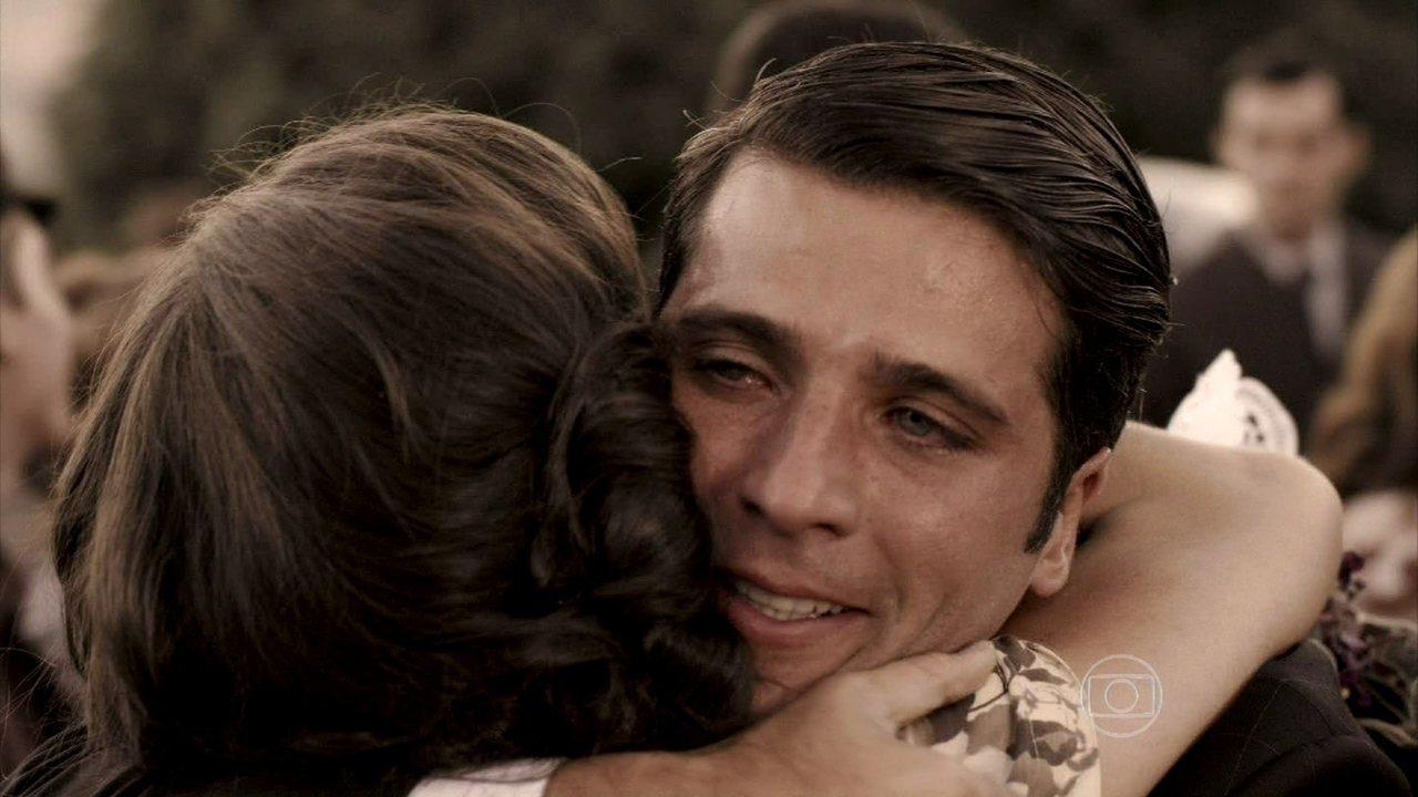 Joia Rara - capítulo de quinta-feira, dia 03/10/2013, na íntegra - Amélia ganha a liberdade e é recebida por Pérola e Franz