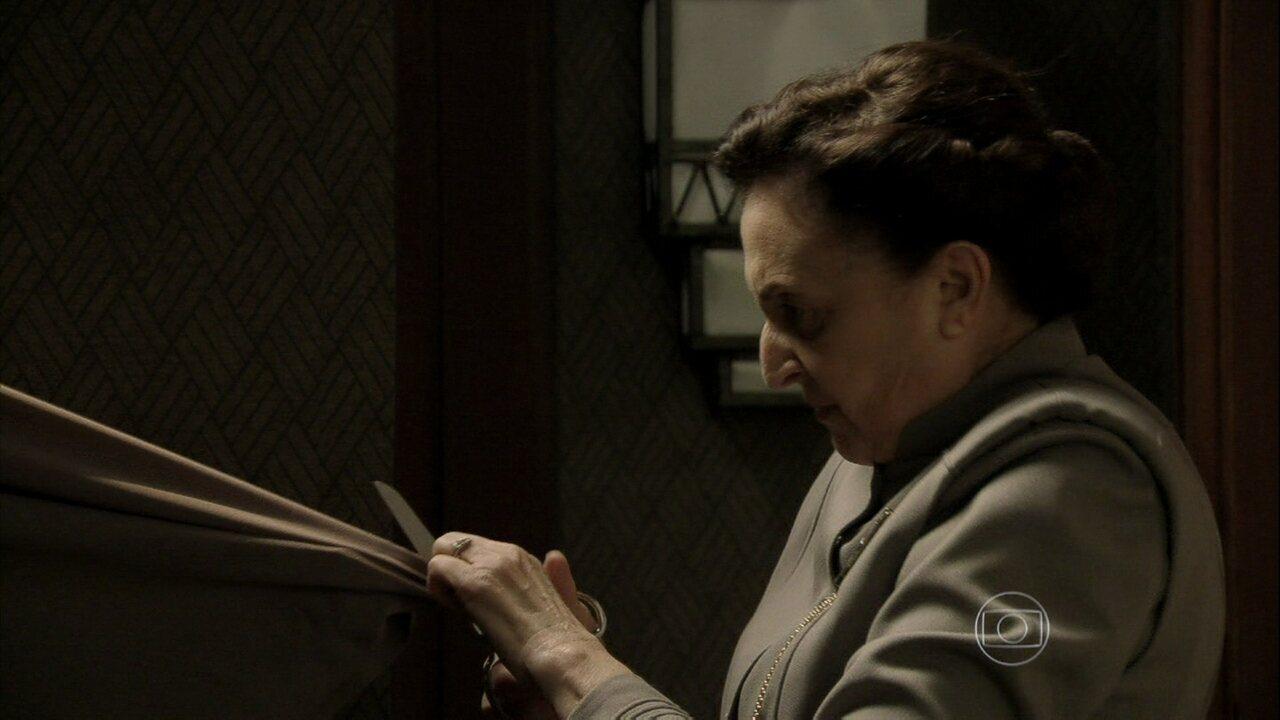 Joia Rara - capítulo de quarta-feira, dia 16/10/2013, na íntegra - Gertrude rasga as roupas de Iolanda em um acesso de fúria