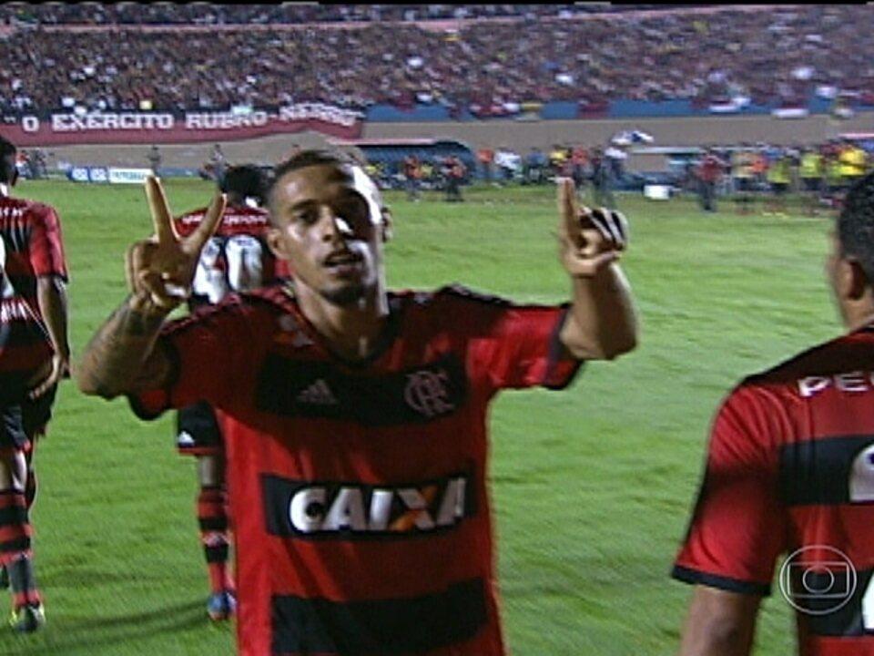 Paulinho brilha e Flamengo vence Goiás por 2 a 1 pela Copa do Brasil