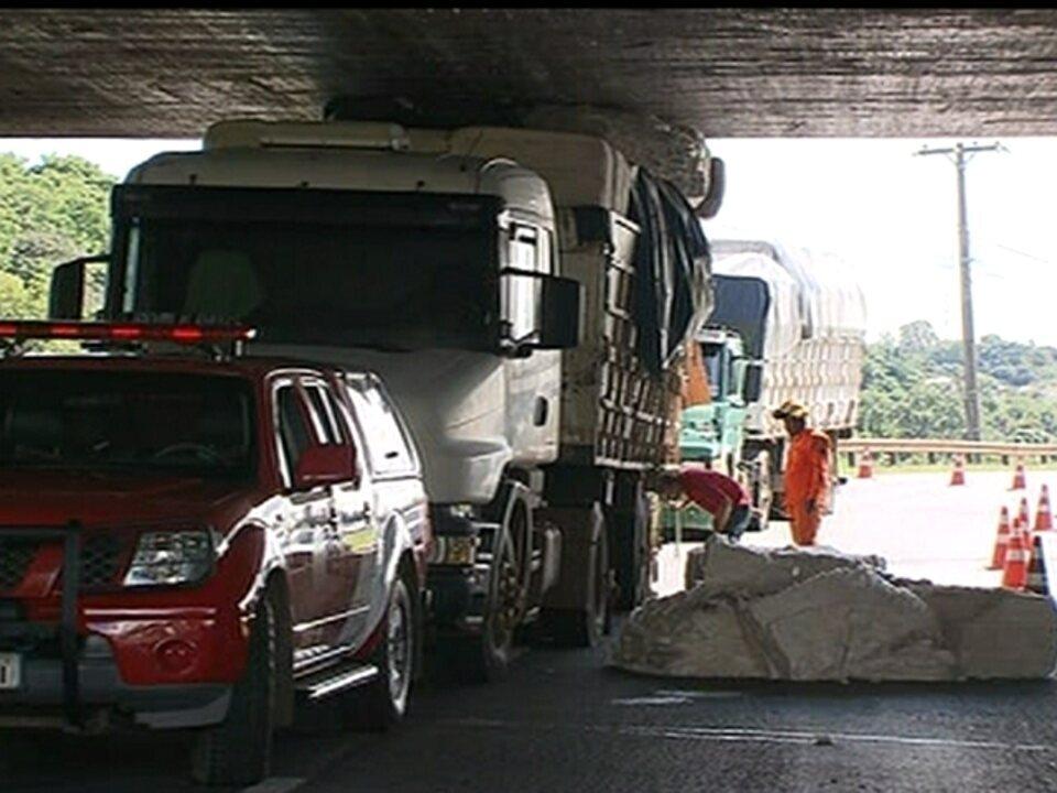 Arquivo: caminhão entala debaixo da Ponte do Bragueto