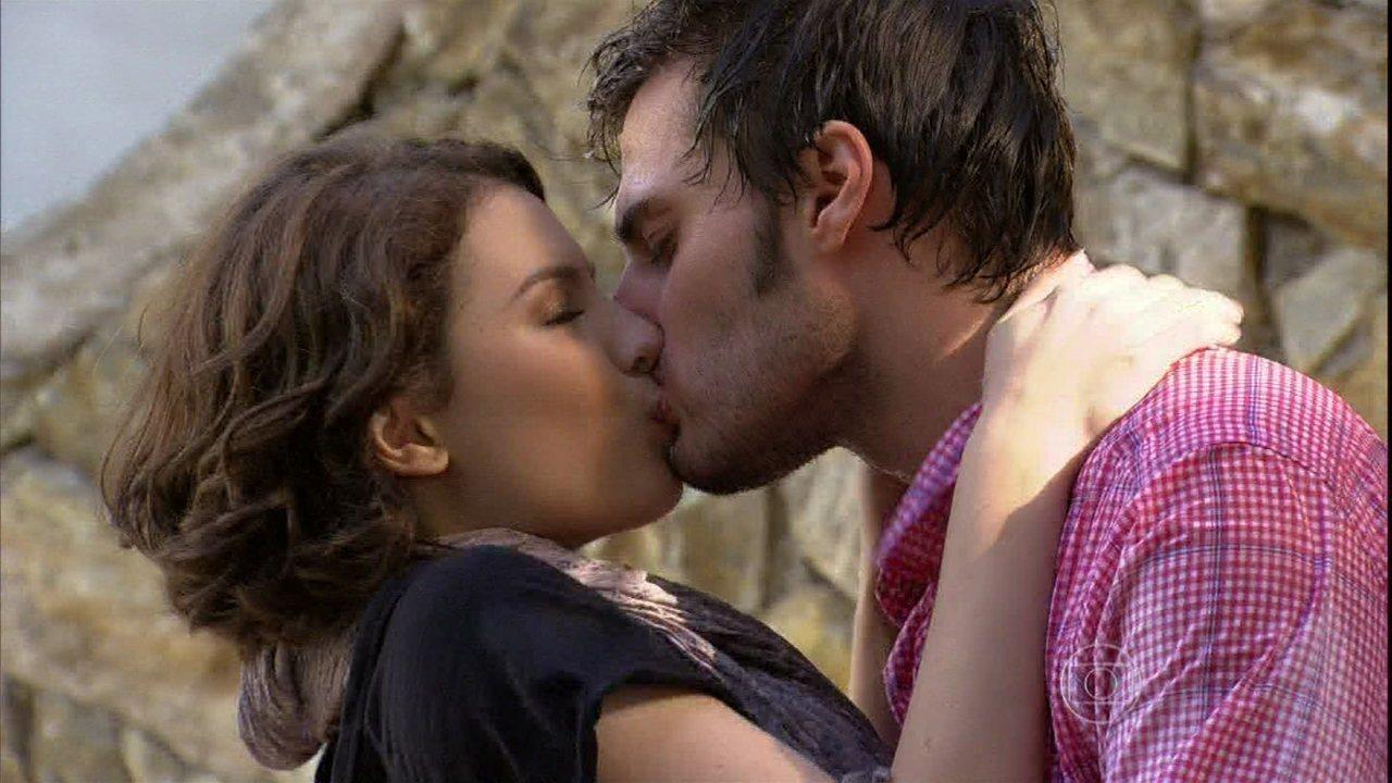 Malhação - Capítulo de quarta-feira, dia 04/12/2013, na íntegra - Micaela dá seu primeiro beijo em Martin