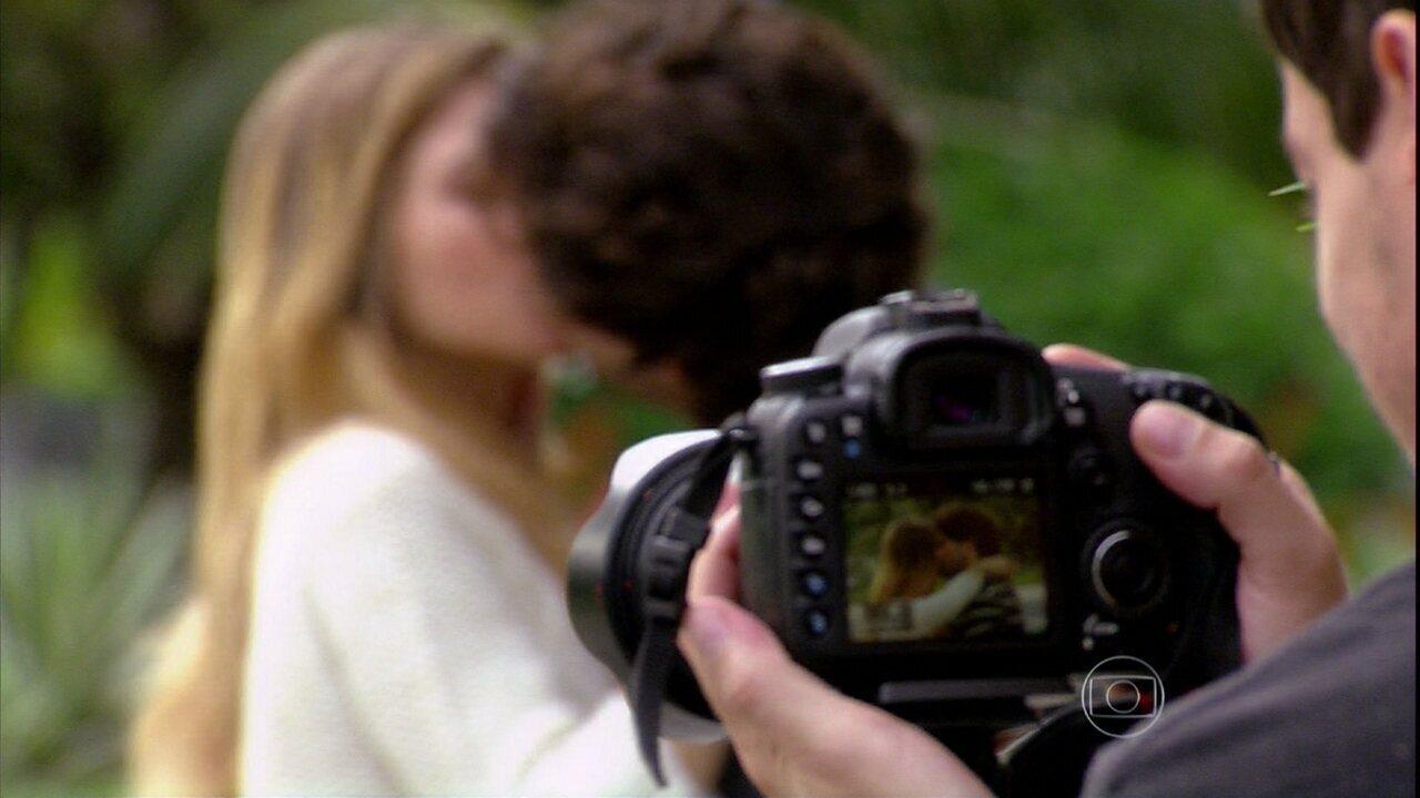 Malhação - Capítulo de sexta-feira, dia 20/12/2013, na íntegra - Edgard beija Sofia na frente de um paparazzo