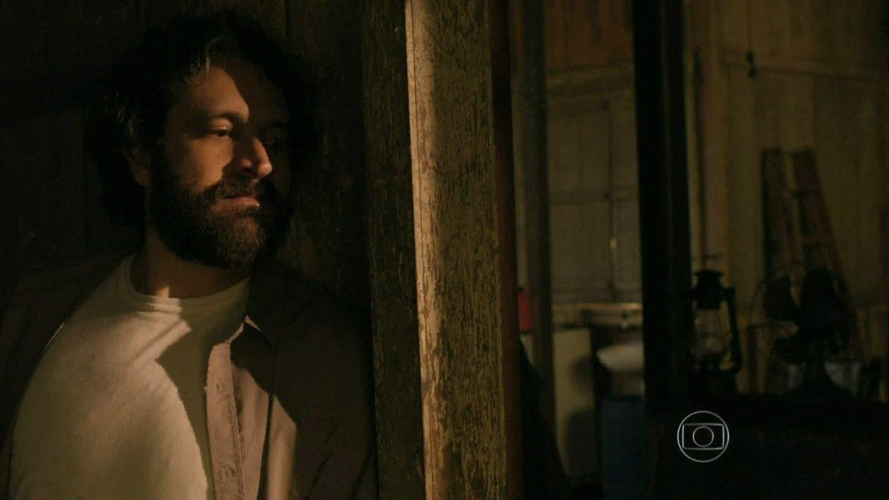 Além do Horizonte - capítulo de segunda-feira, dia 13/01/2014, na íntegra - Celina e André encontram o galpão de Kléber e fogem do vilão pela mata
