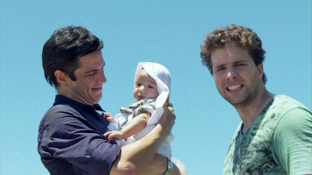 Amor à Vida - capítulo de segunda-feira, dia 20/01/2014, na íntegra - Félix e Niko saem da casa de Ingrid com Fabrício