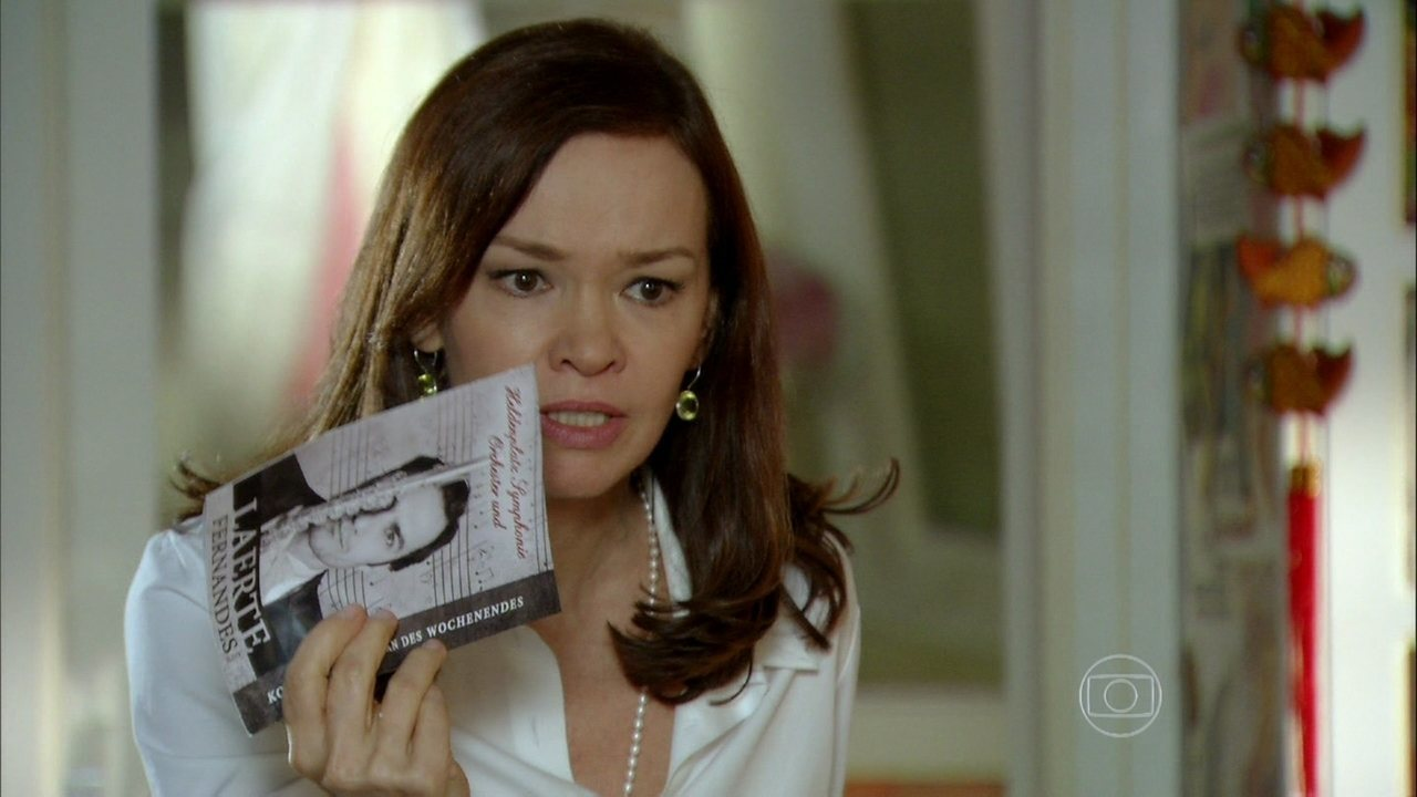 Em Família - Capítulo de sexta-feira, dia 14/02/2014, na íntegra - Helena se enfurece ao ver o programa do recital de Laerte nos pertences de Luiza