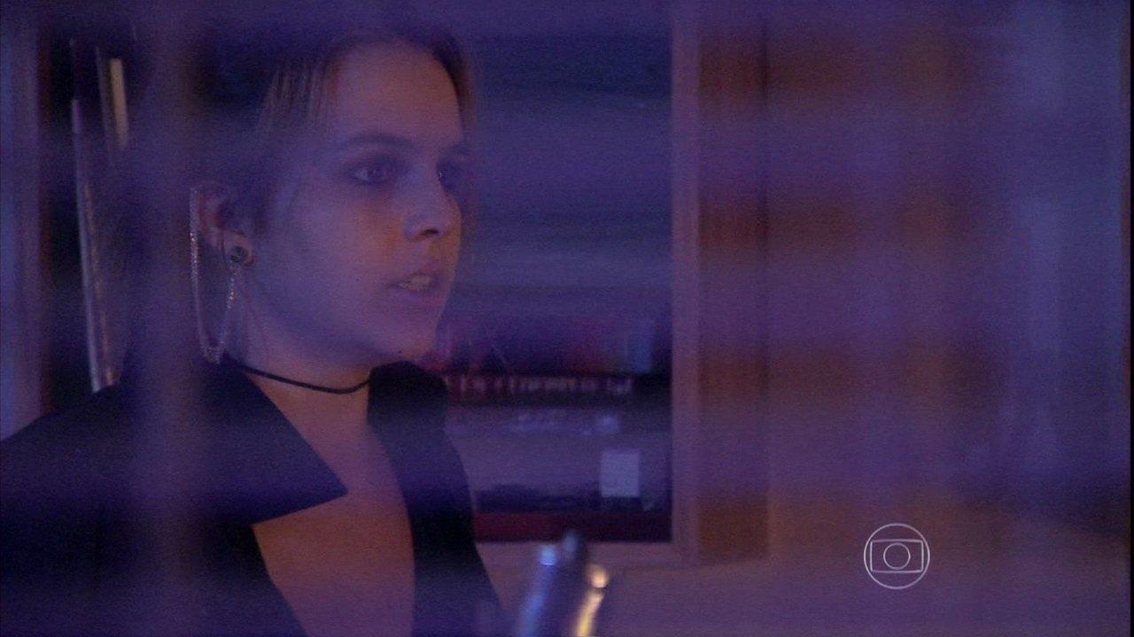 Malhação - Capítulo de quinta-feira, dia 20/02/2014, na íntegra - Anita se atrapalha para pegar as provas e acaba ateando fogo na sala de Raissa