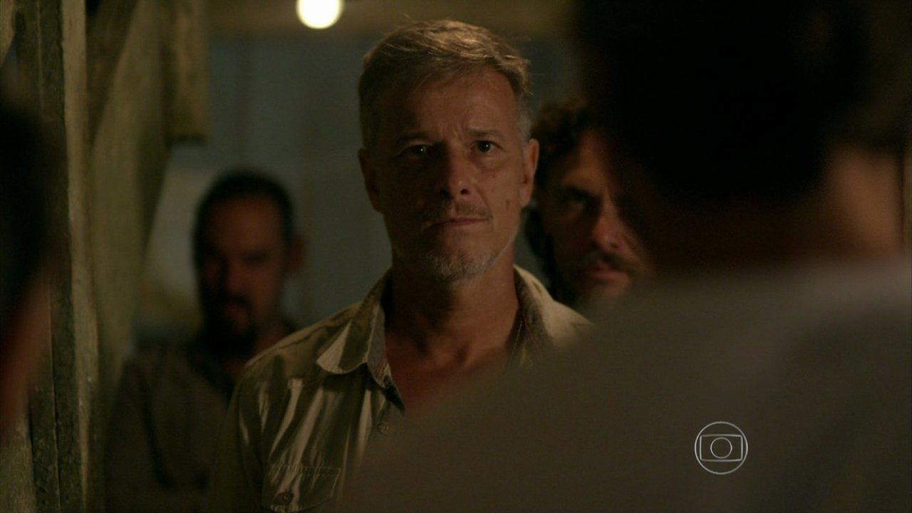 Além do Horizonte - capítulo de quinta-feira, dia 20/02/2014, na íntegra - William dá de cara com Kleber na porta da casa de Celina