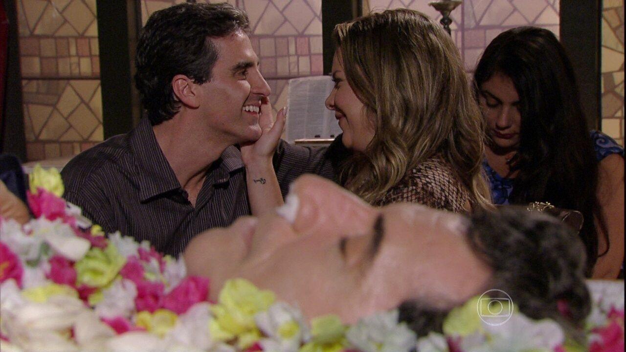 Malhação - Capítulo de sexta-feira, dia 14/03/2014, na íntegra - Bernardete beija Abelardo na frente de Caetano