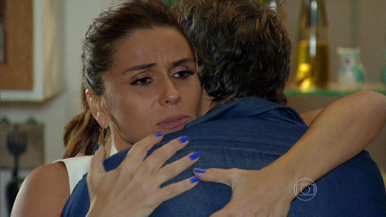 Em Família - Capítulo de terça-feira, dia 01/04/2014, na íntegra - Clara surta com Cadu