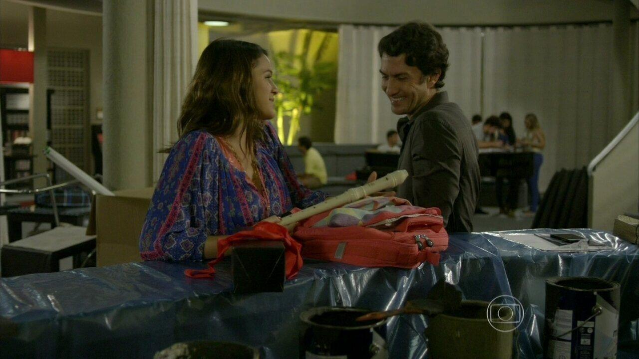Em Família - Capítulo de terça-feira, dia 08/04/2014, na íntegra - Laerte dá a Luiza uma flauta doce de presente