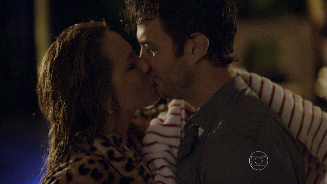 Em Família - Capítulo de quinta-feira, dia 15/05/2014, na íntegra - Laerte e Shirley se beijam