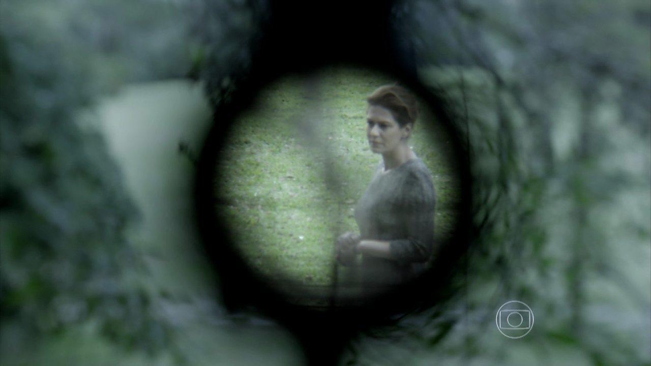 Capítulo de 25/08/2014 - Angela fica mais uma vez na mira do atirador